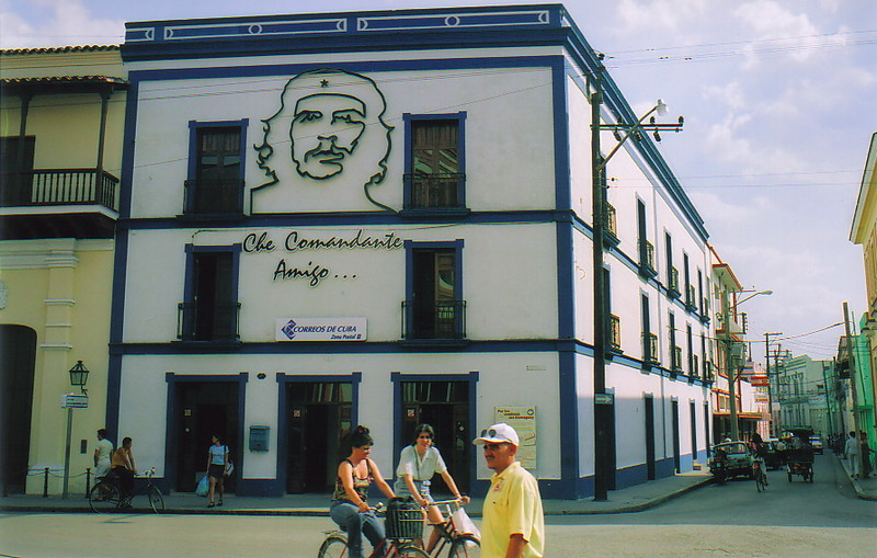A picture of Che Guevara on the main post office in Camagüey