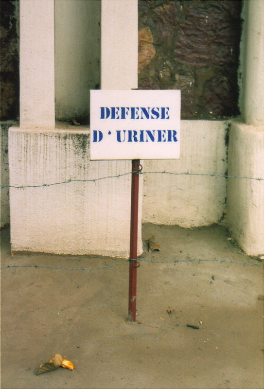 A sign saying 'Defense d'Uriner' in Bamako