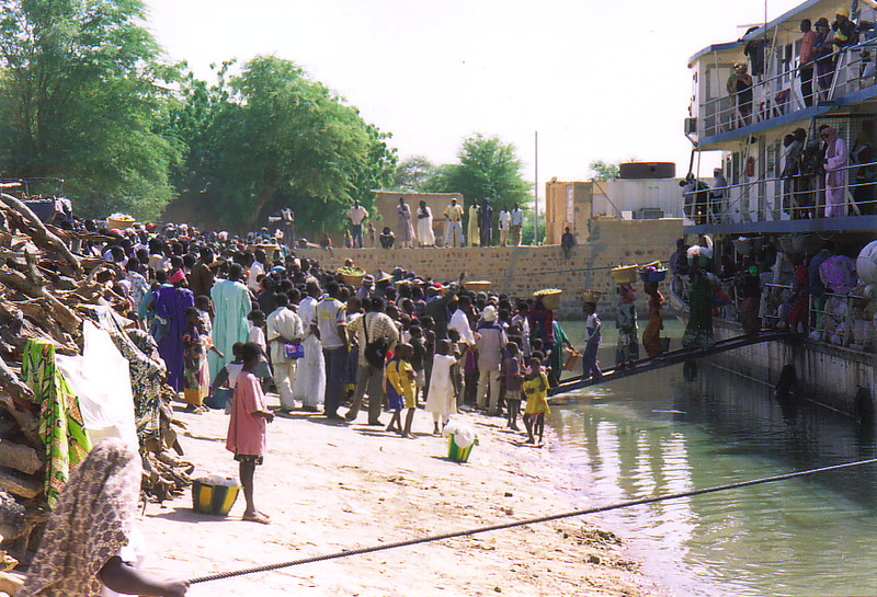 A crowd boarding the ferry Tomboctou