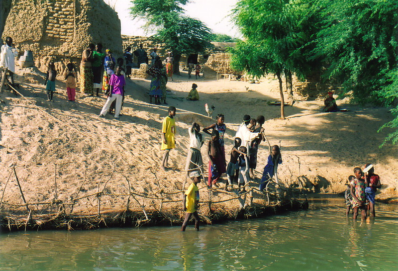 Locals rushing down to the banks of the River Niger