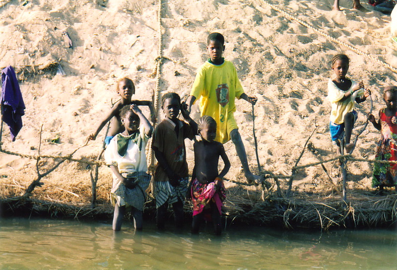 Children on the banks of the River Niger