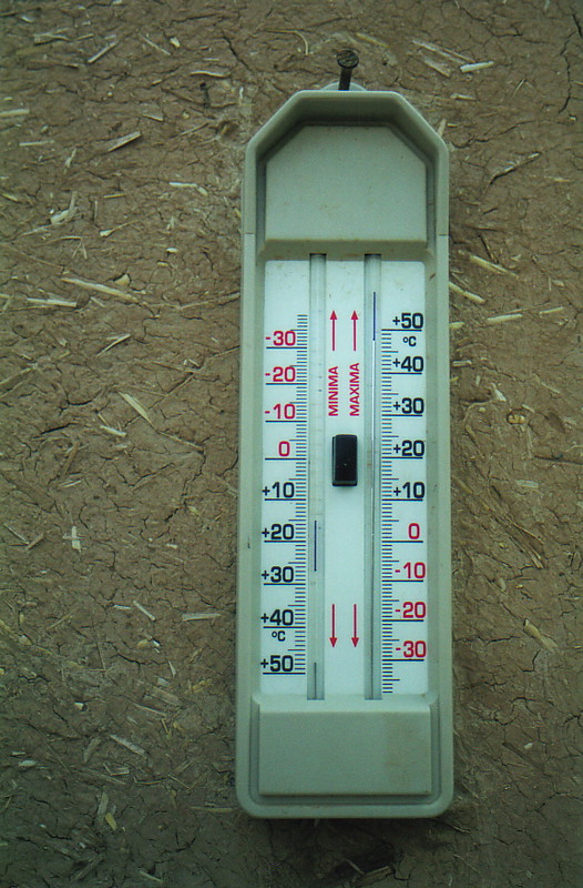 A thermometer showing 48°C in the shade