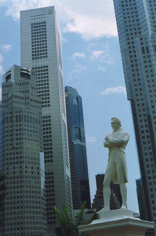 A statue of Sir Stamford Raffles
